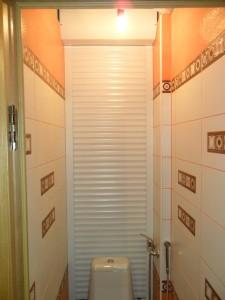 Рольставни в туалет-1